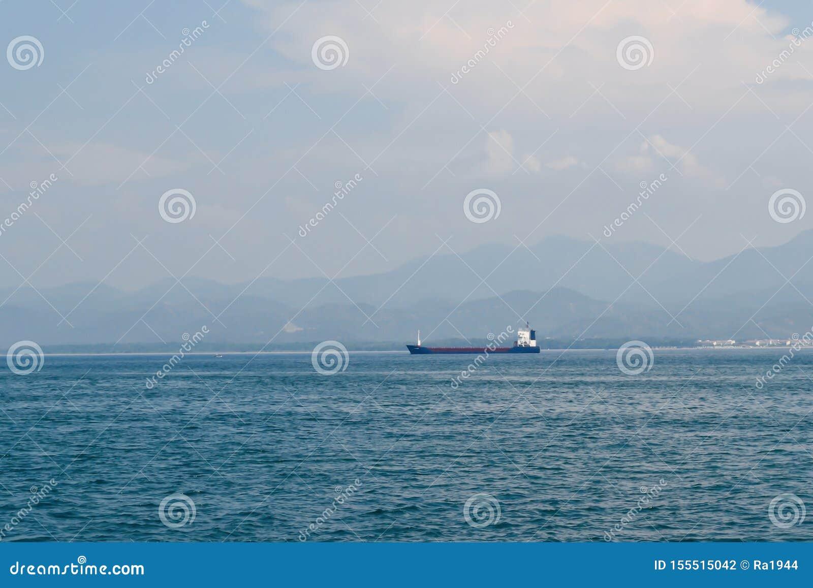 Groot vrachtschip in de Middellandse Zee van de Turkse kust