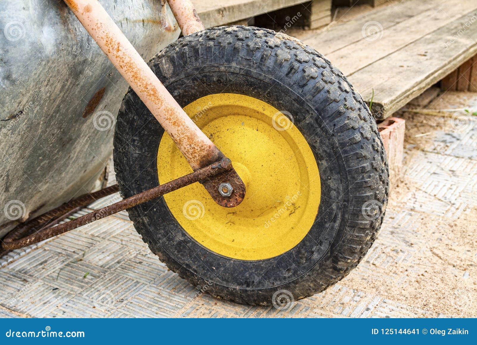 Groot wiel van een oud close-up van de metaalkar