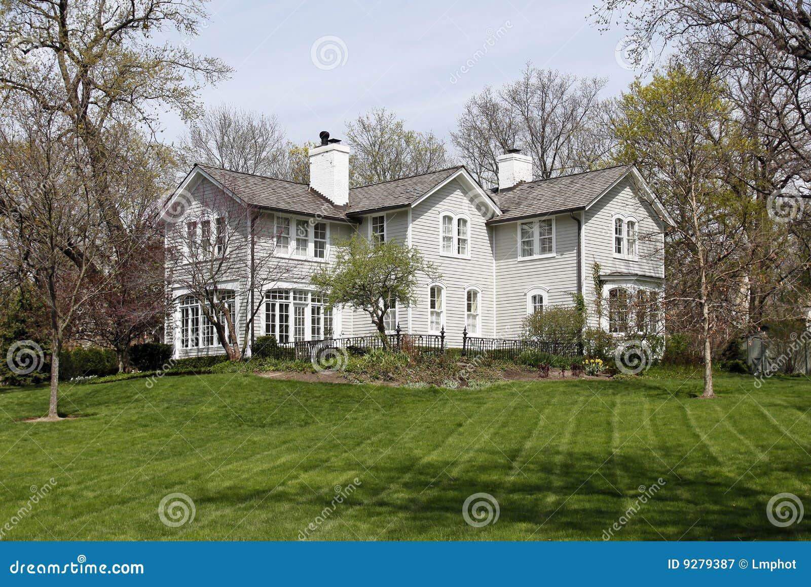 Groot wit huis in voorsteden royalty vrije stock fotografie afbeelding 9279387 - Foto huis in l ...