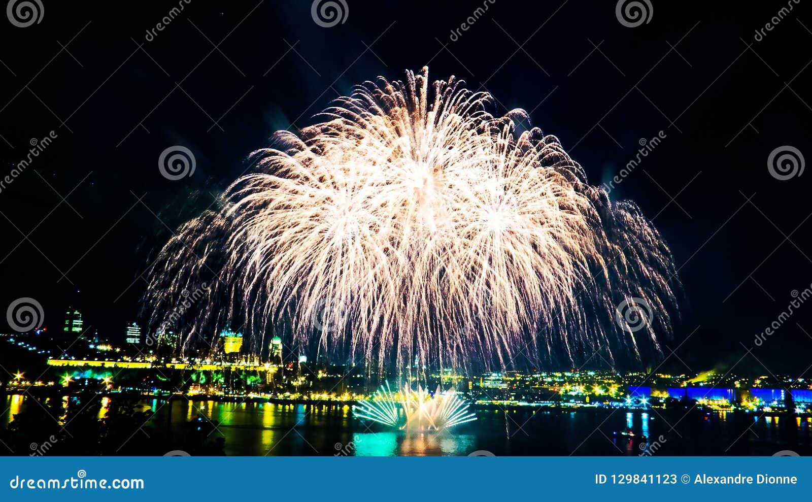 Groot wit vuurwerk | De Stad van Quebec