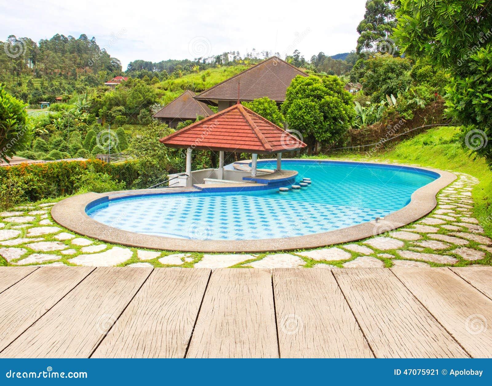 Groot zwembad in de tuin stock afbeelding afbeelding for Zwembaden in tuin