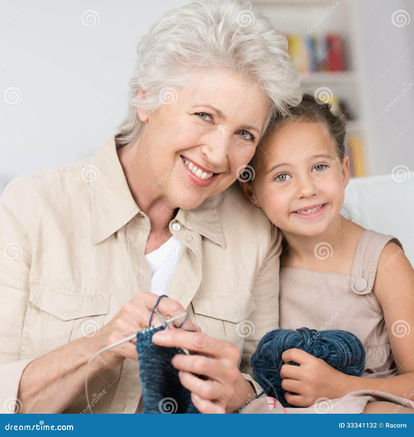 Grootmoeder die haar kleindochter onderwijzen om te breien
