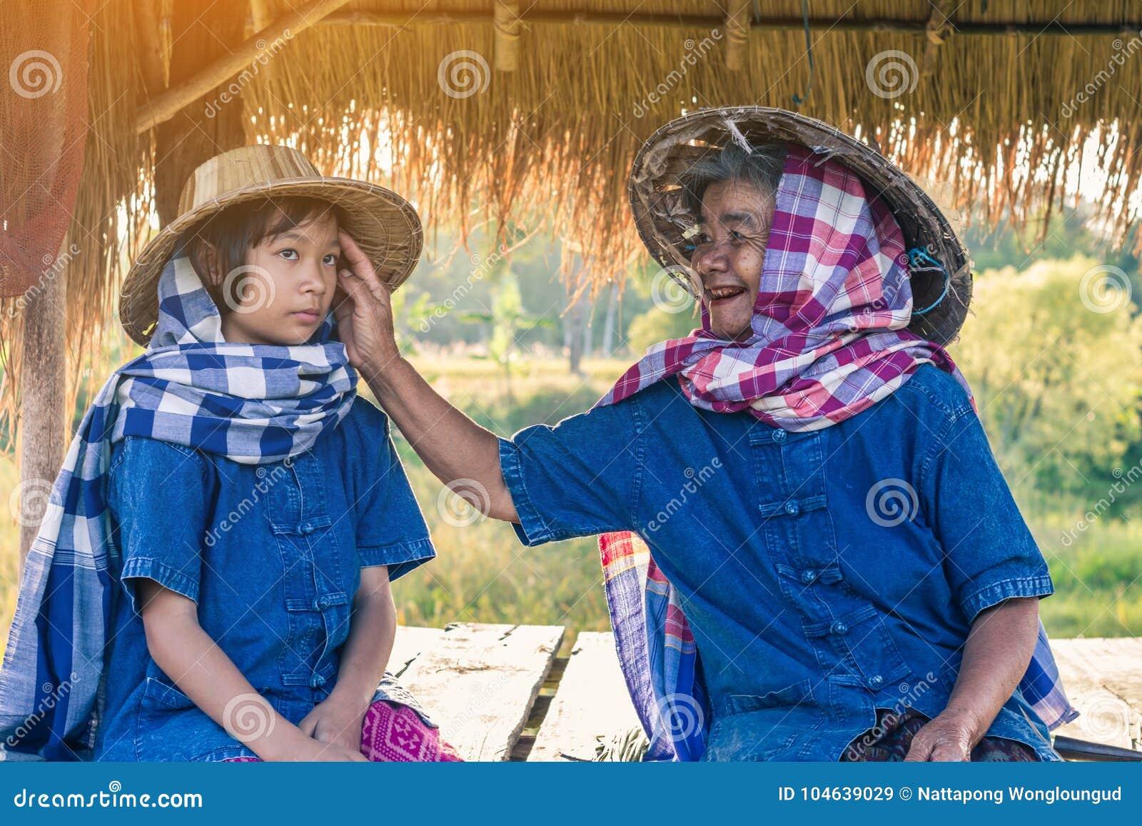 Download Grootmoeder En Landbouwersnicht Met Rijstoogst Stock Afbeelding - Afbeelding bestaande uit glimlach, patroon: 104639029