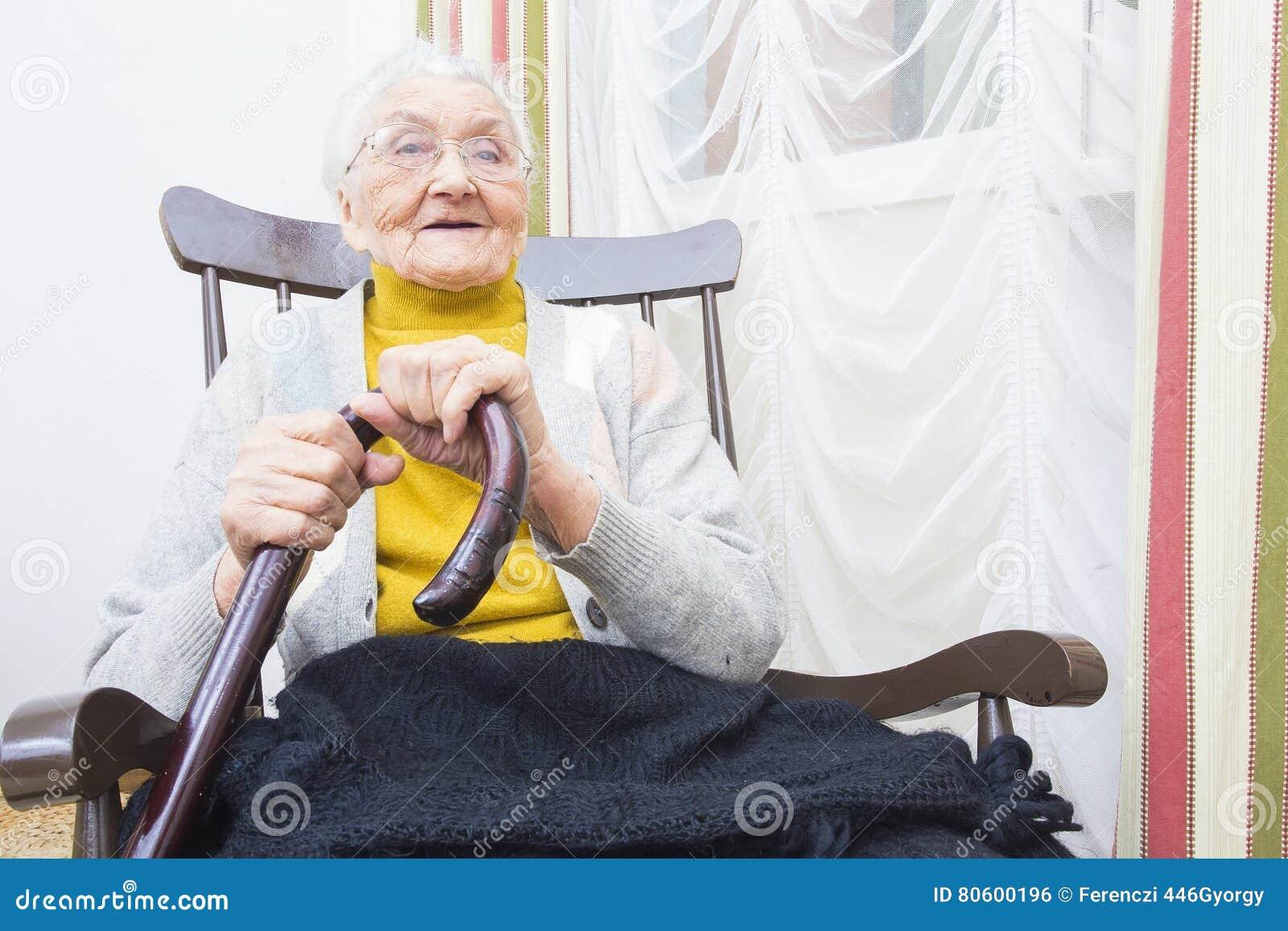 Grootmoeder in stoel het glimlachen