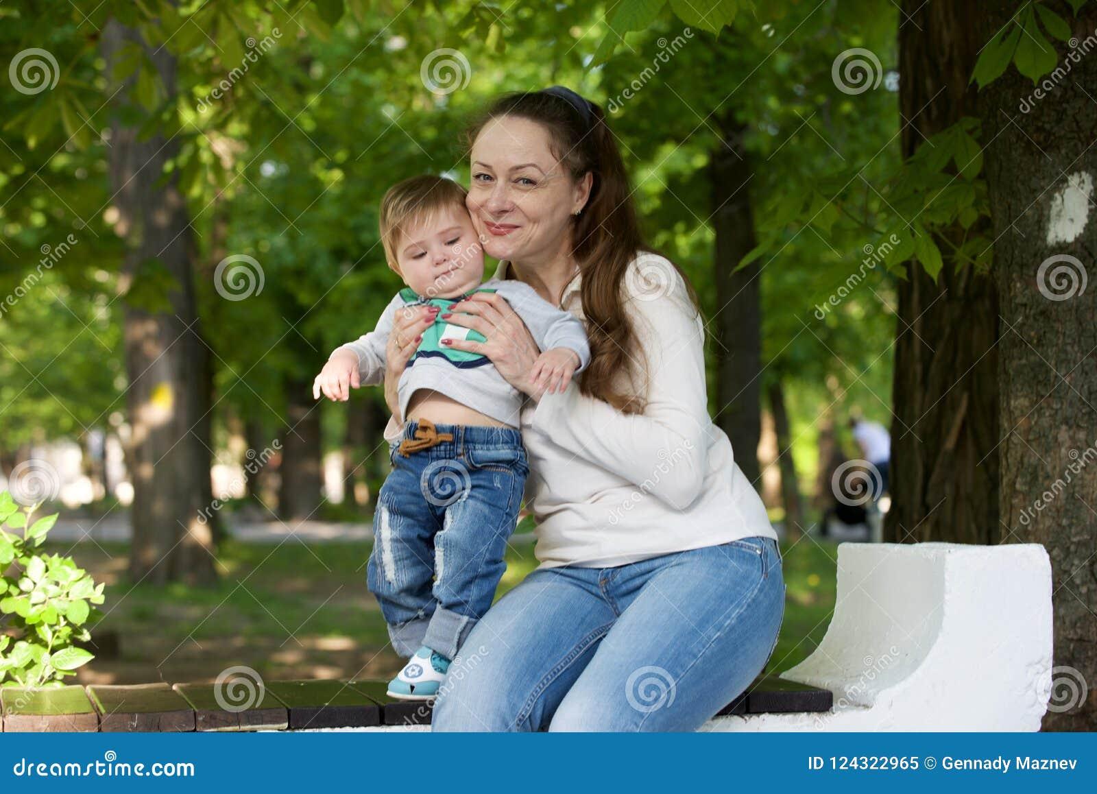 Grootmoederspelen met haar kleinzoon