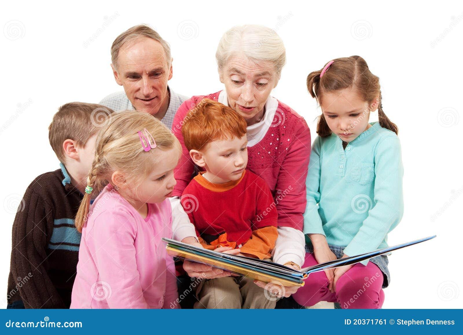 Grootouders die het boek van het jonge geitjesverhaal lezen aan kinderen
