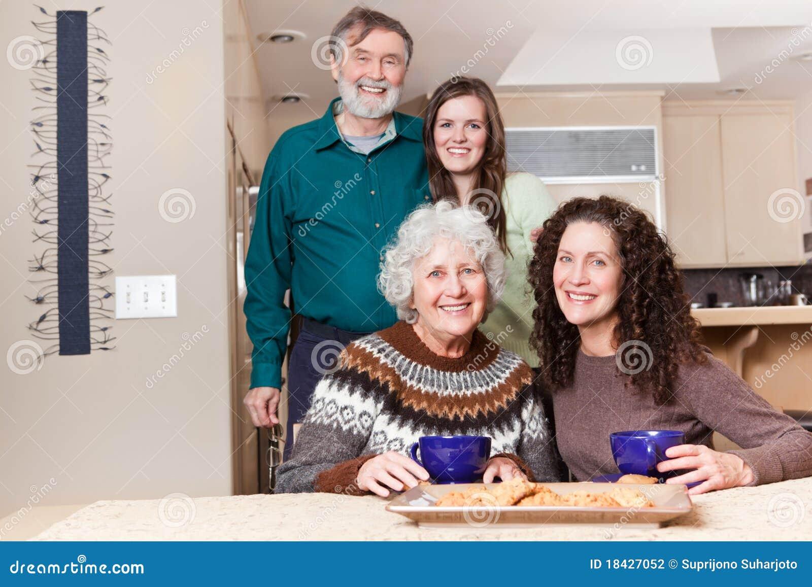Grootouders, dochter en kleindochter