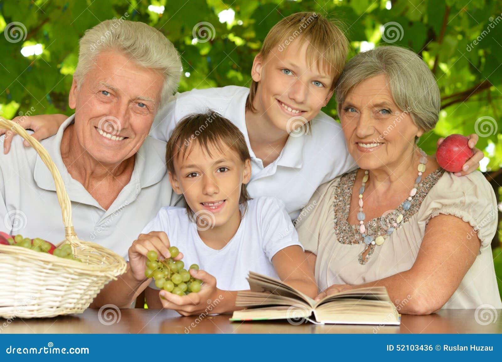 Grootouders met kleinzonen