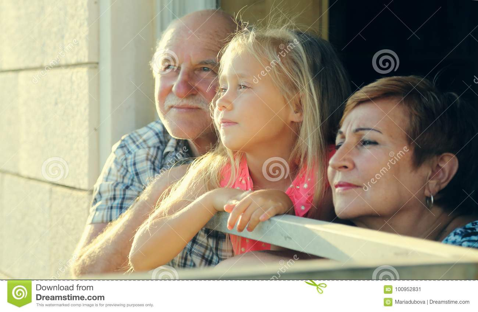 Grootvader en grootmoederholdingskleindochter