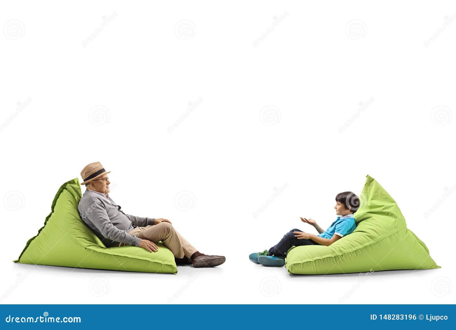 Grootvader en kleinzoonzitting op kinderspel