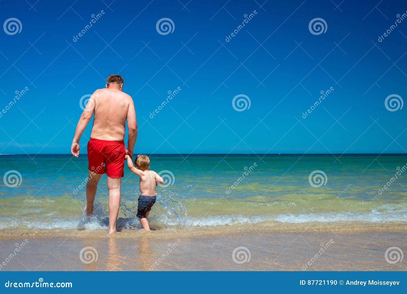 Grootvader met Kleinzoon op Strand