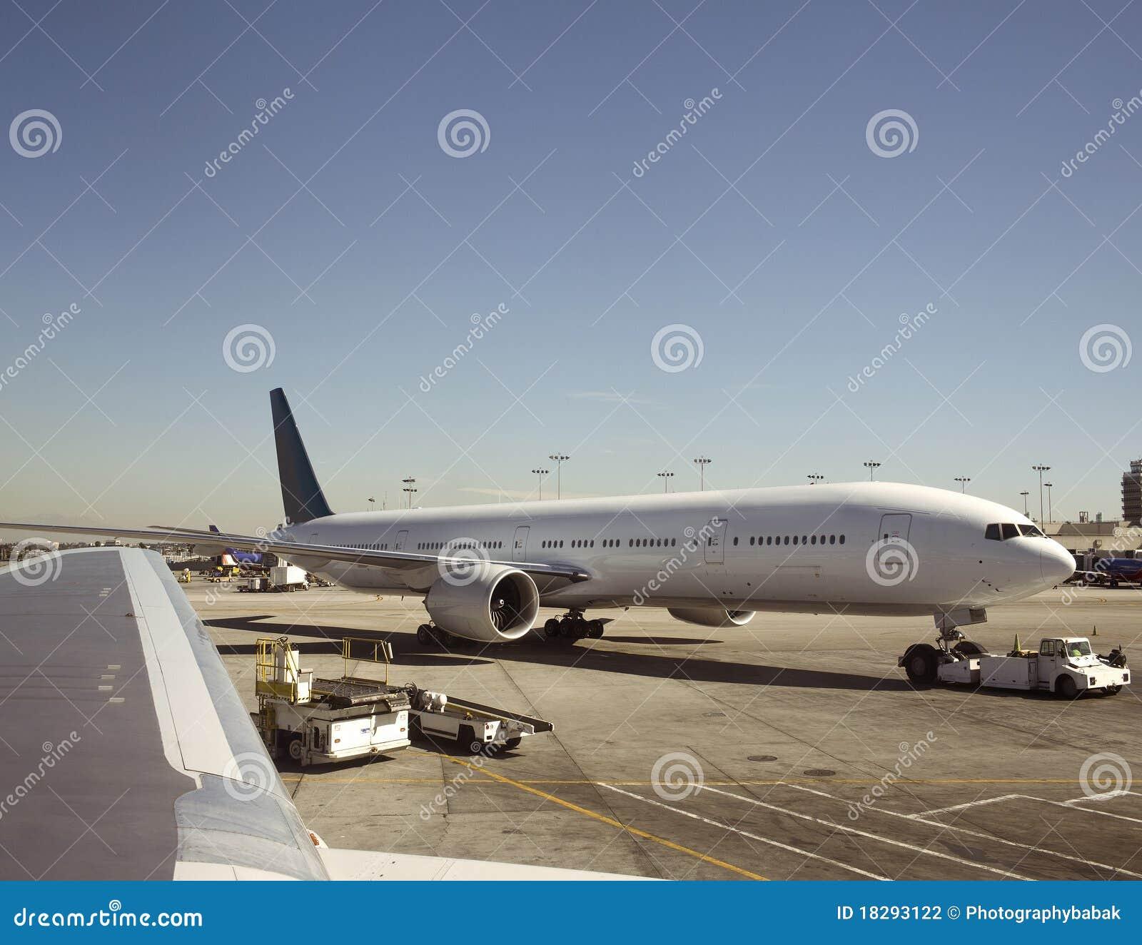 Gros avion étant tiré