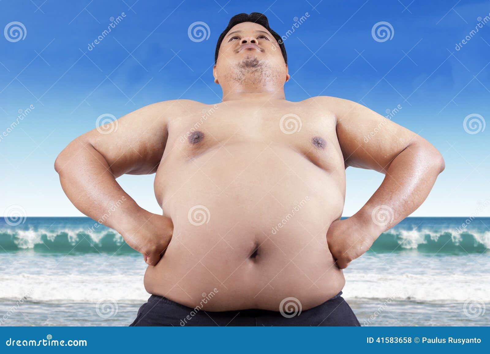 Gros gens sur la plage