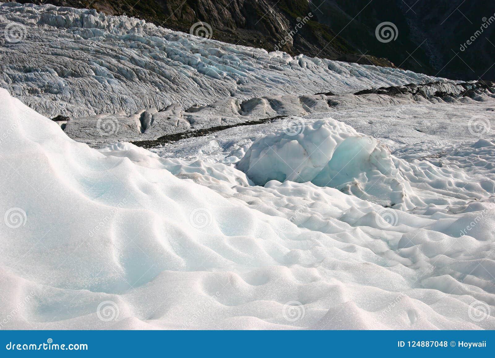 Gros morceaux rocailleux de glace de glacier sur la montagne