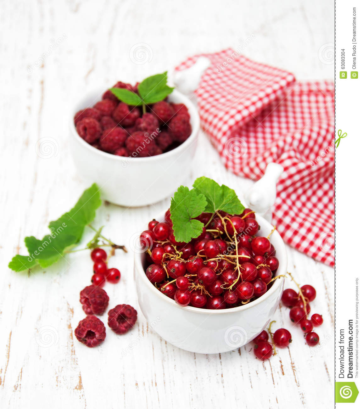 Download Groseille Rouge Et Framboises Photo stock - Image du délicieux, dessert: 63083304