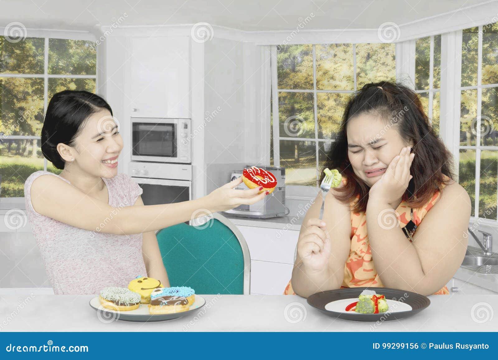 Grosse femme rejetant pour manger des butées toriques à la maison