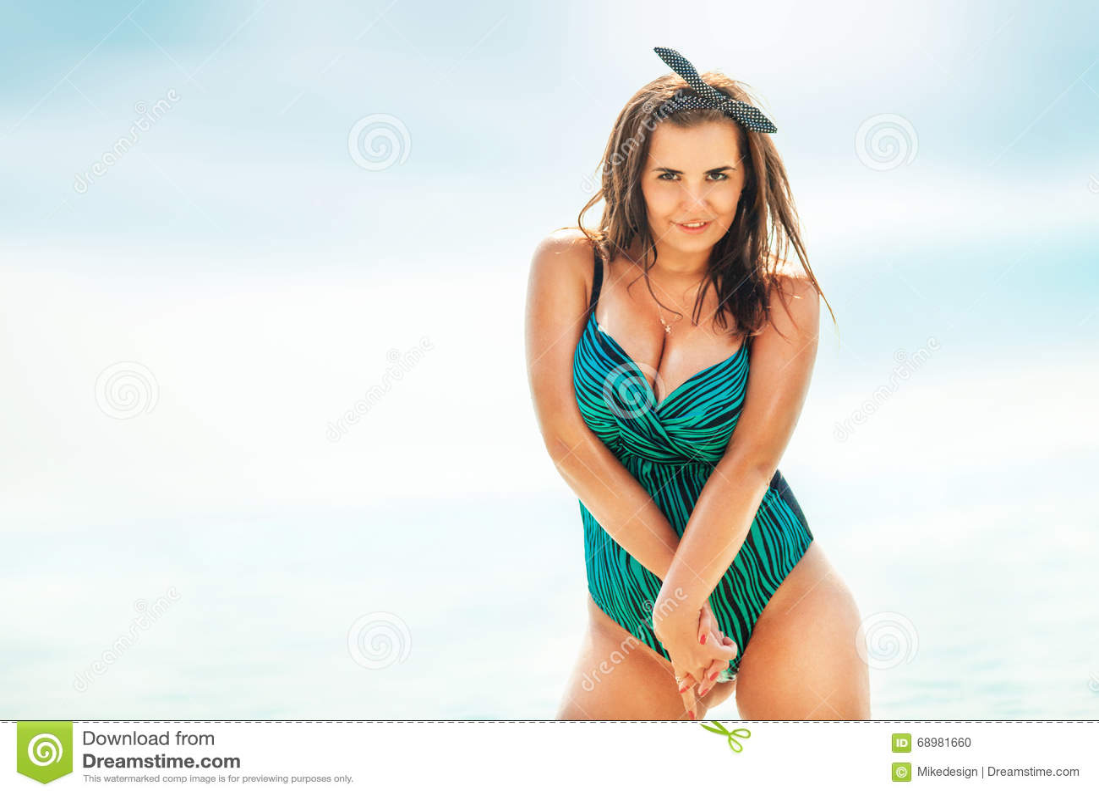 Grosse Femme Sexy Photo grosse femme sexy dans le maillot de bain près de la mer photo stock