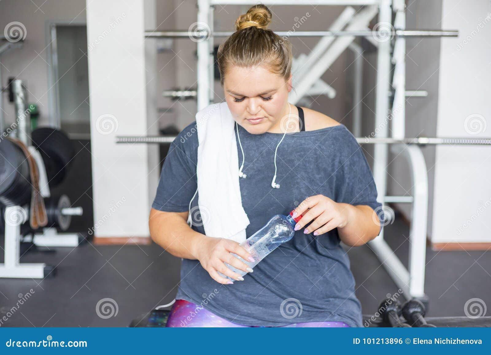 Grosse fille dans un gymnase