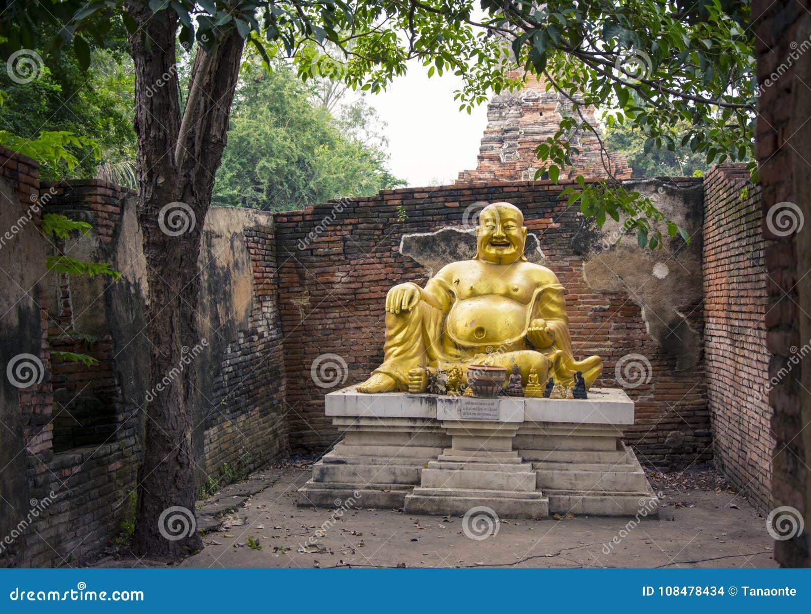 Grosse statue riante de Bouddha chez Wat Phu Khao Thong à Ayutthaya thailand