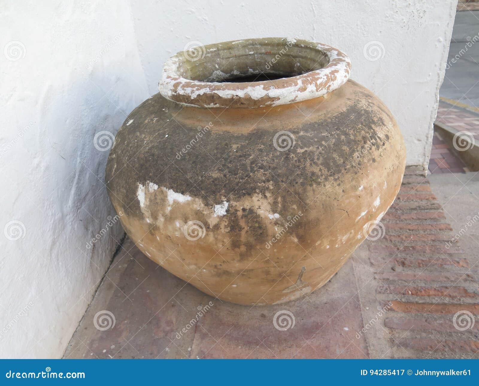 Verwonderend Grote aardewerken pot stock afbeelding. Afbeelding bestaande uit EU-52