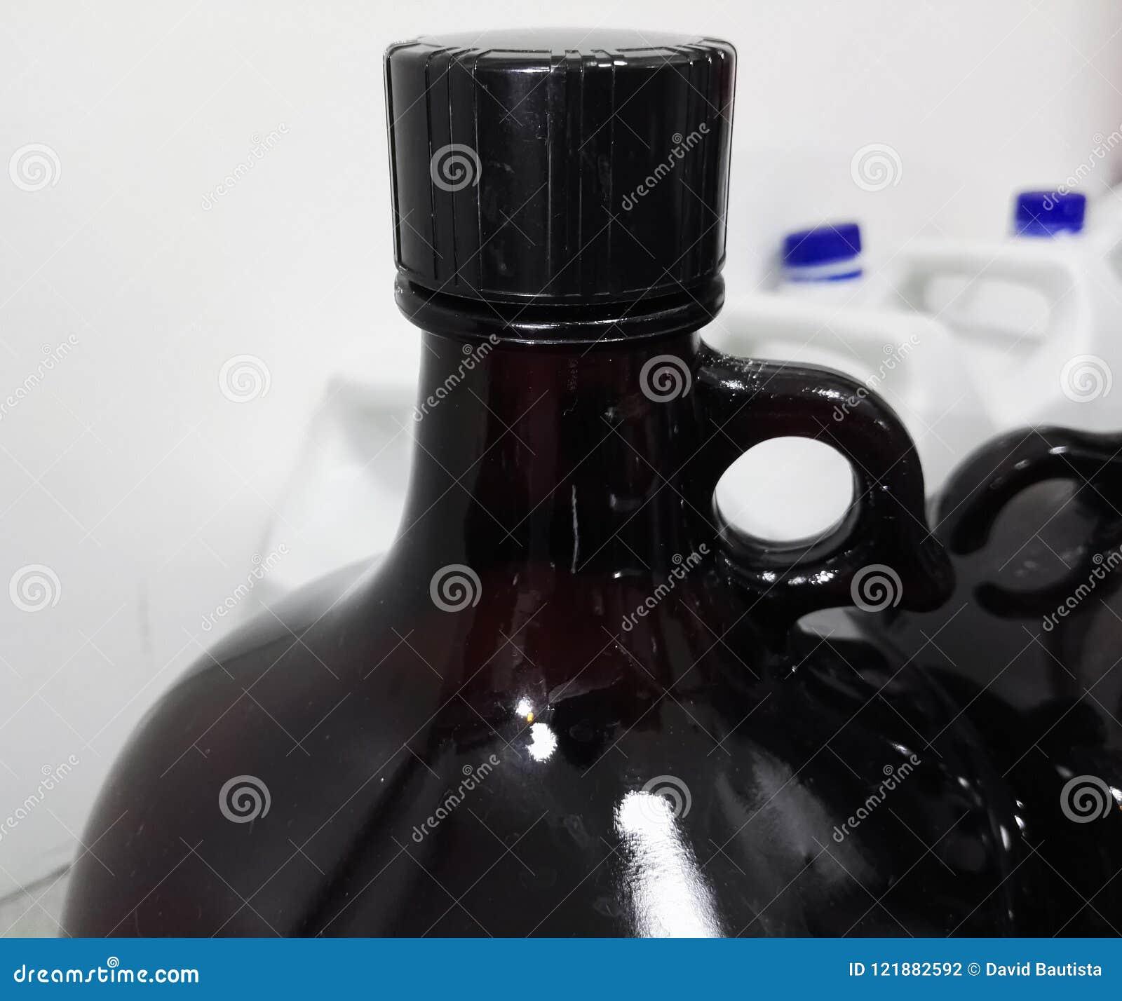 Grote amberfles om chemische reagentia in een wetenschappelijk laboratorium te bevatten