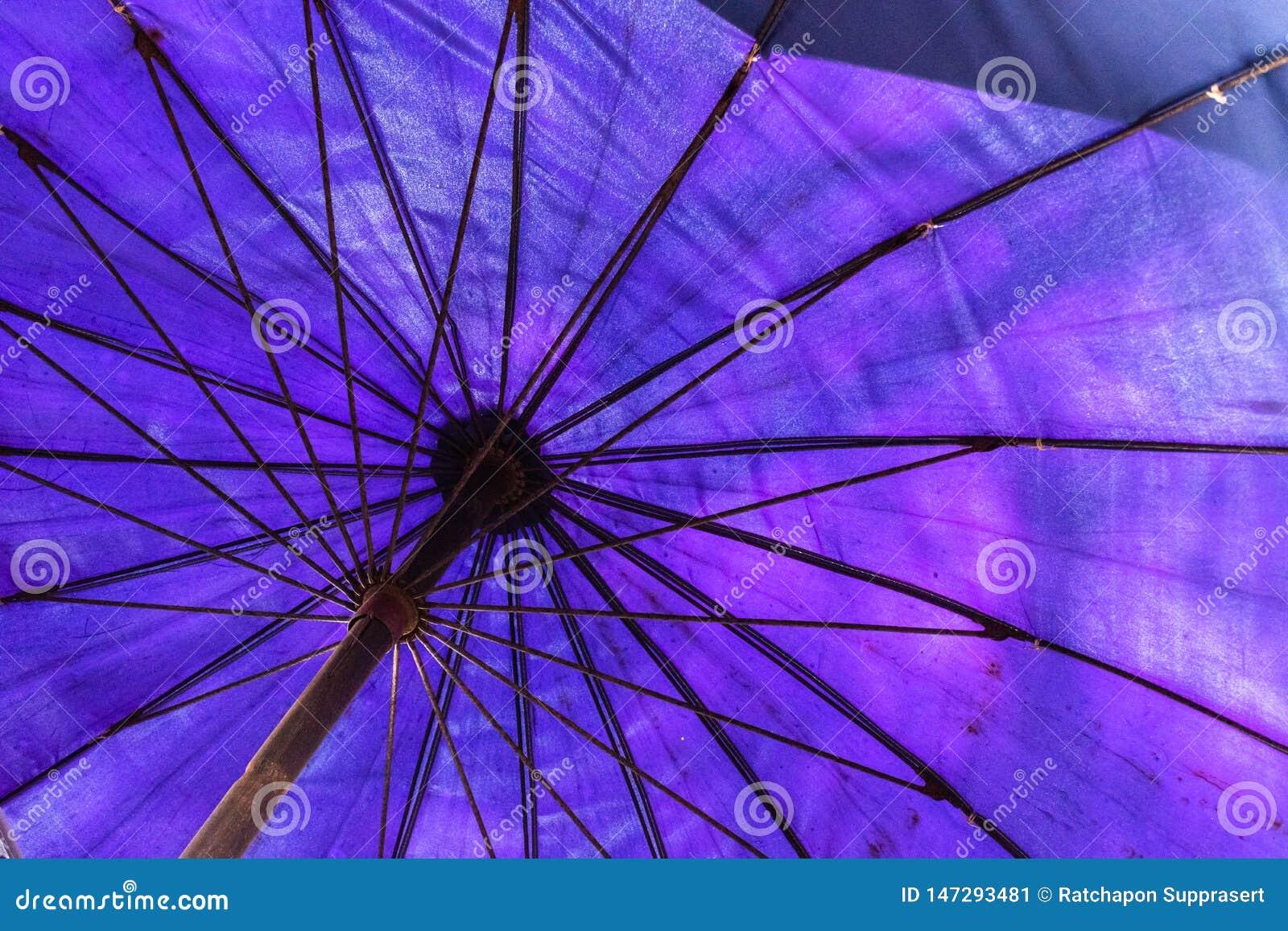 Grote blauwe paraplu op het strand