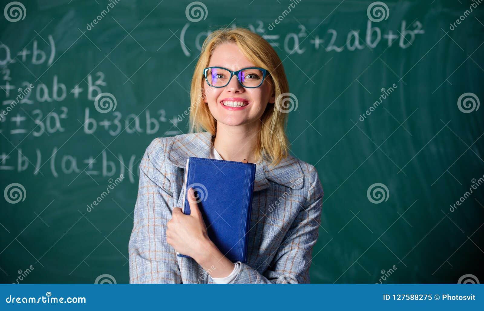 Grote brief van aanbeveling Vrouw het glimlachen van de het boektribune van de leraarsgreep het voorbord Aanbeveling voor univers