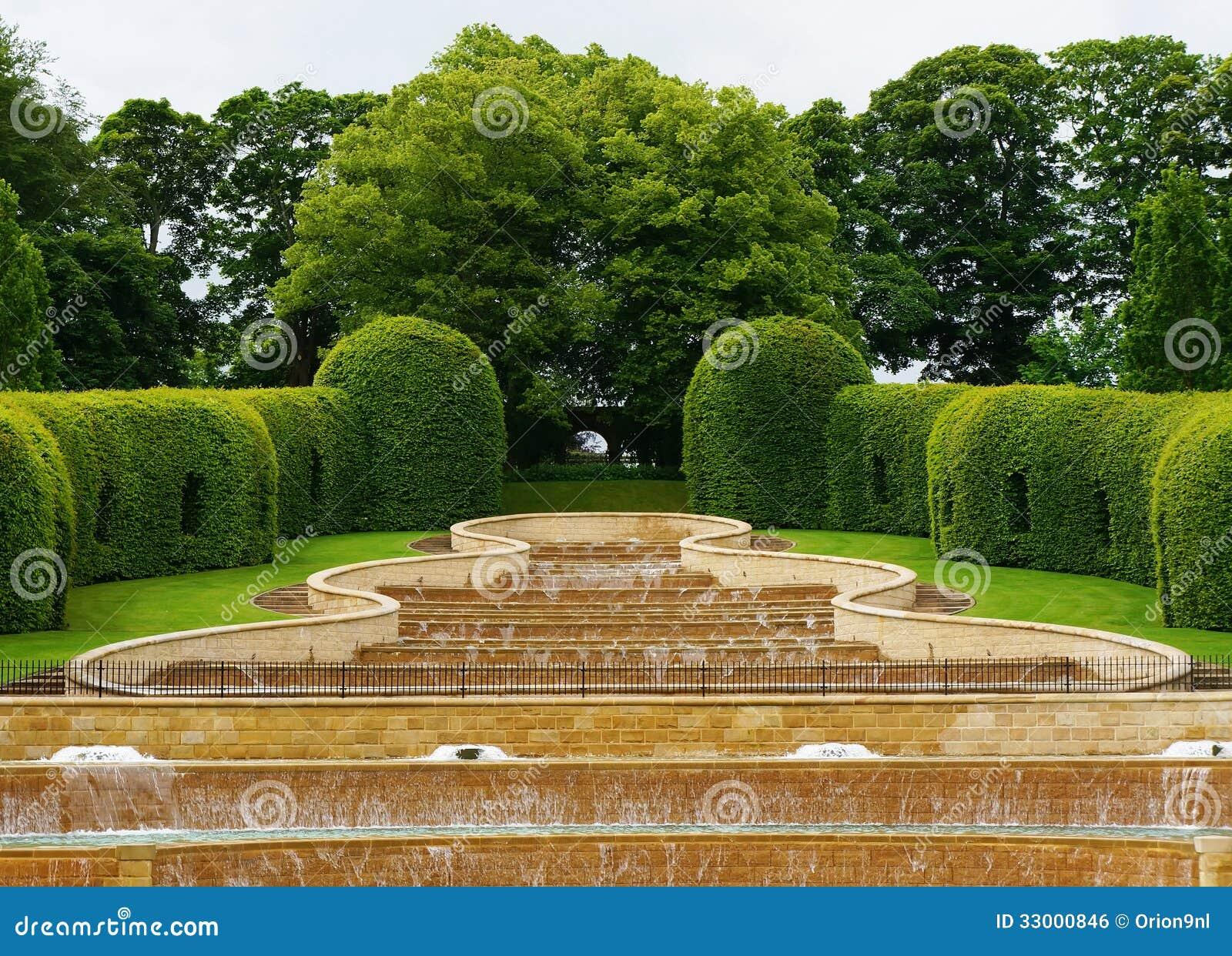 Download Grote Cascadealnwick Tuin stock foto. Afbeelding bestaande uit cascade - 33000846