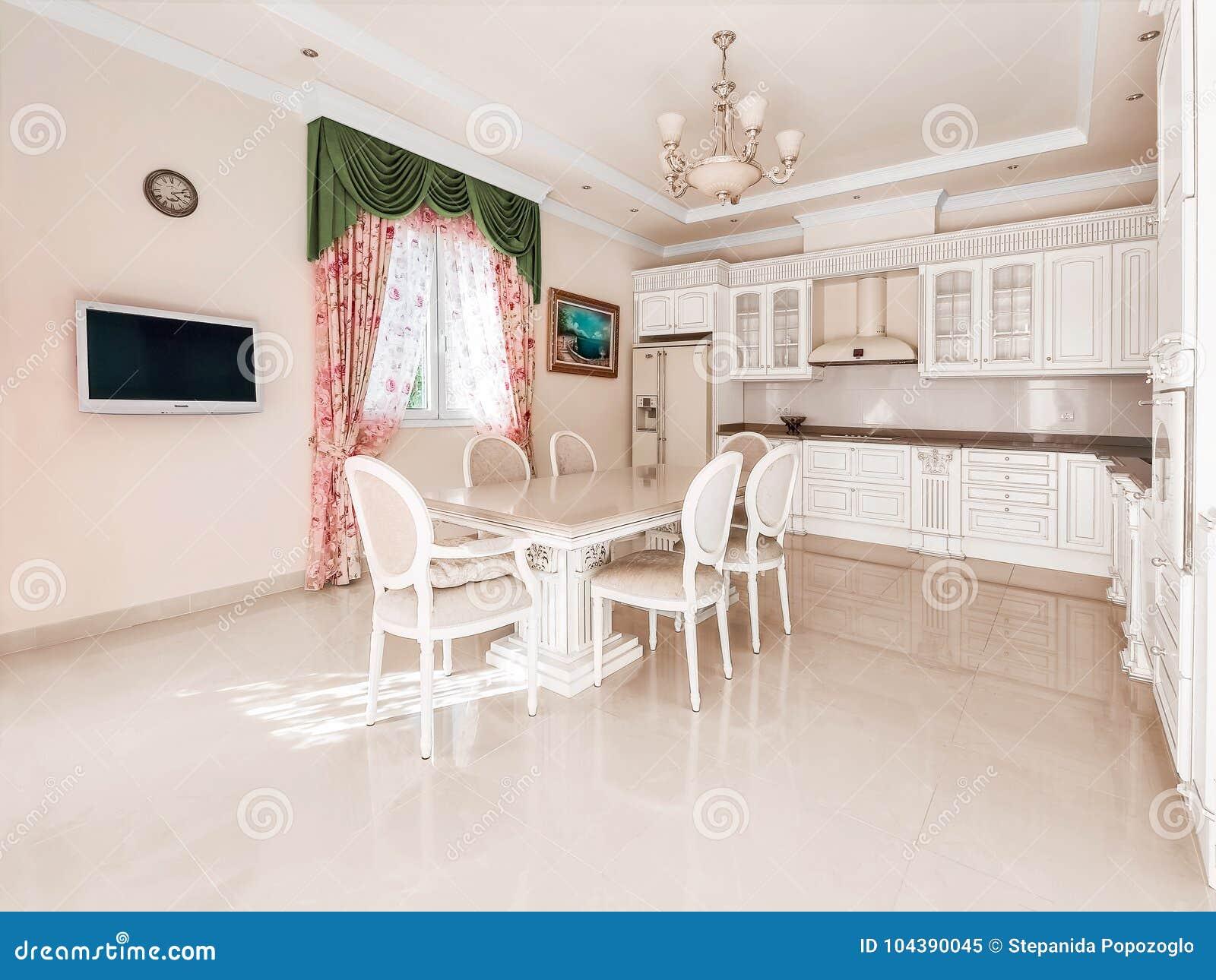 Grote comfortabele keuken In het midden van de keuken een massiv