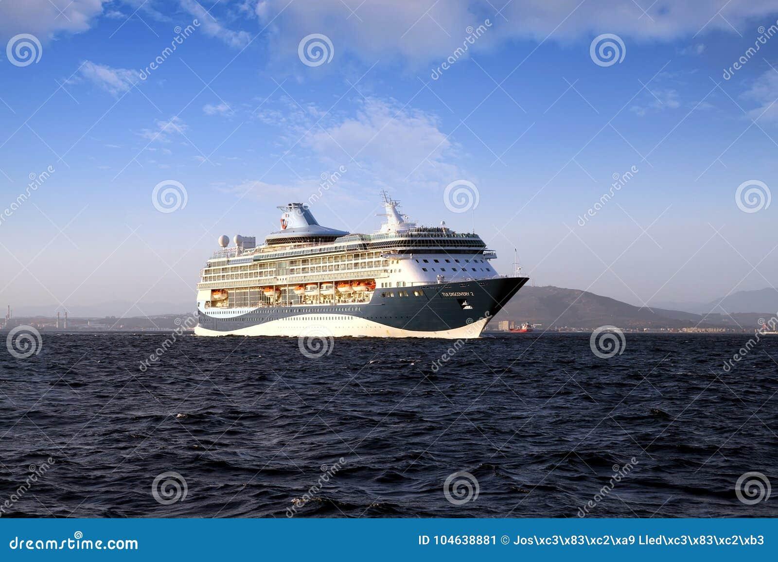 Download Grote Cruiseship Tui Discovery Die 2 Binnen Algeciras Baai En Dicht Bij De Rots Van Gibraltar Varen Redactionele Foto - Afbeelding bestaande uit veerboot, leaving: 104638881