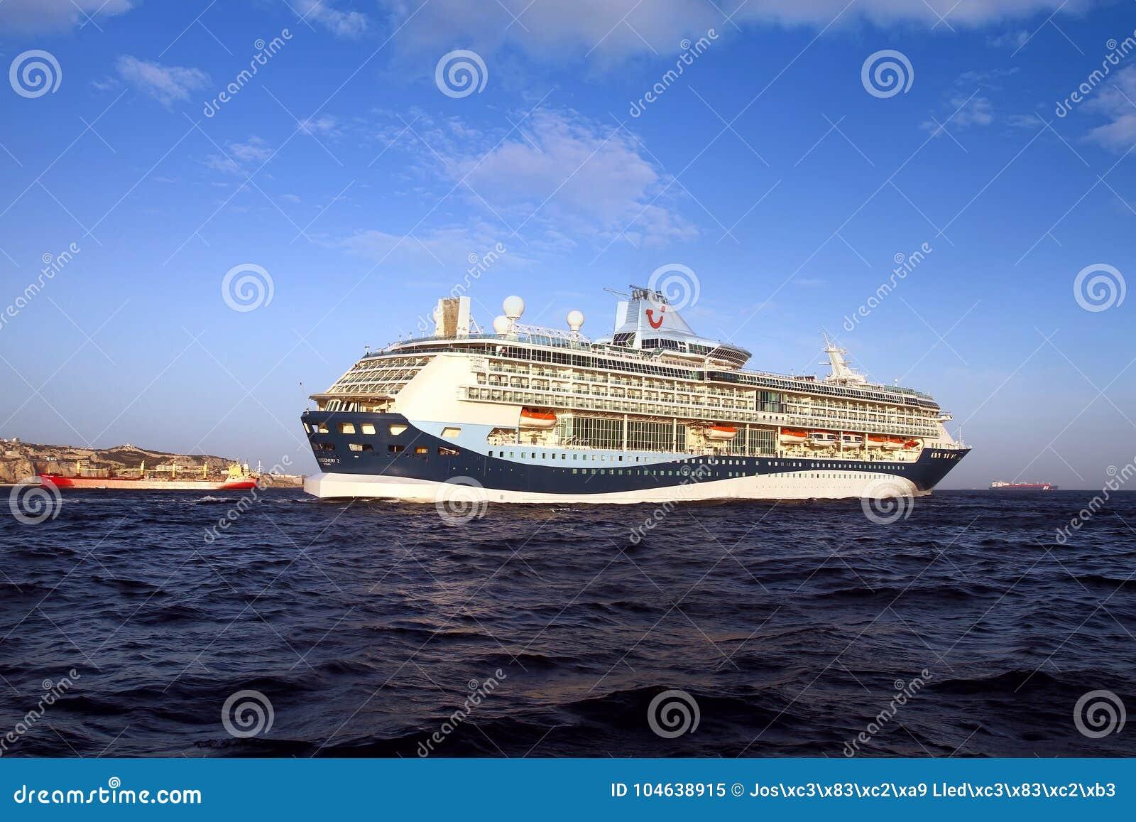 Download Grote Cruiseship Tui Discovery Die 2 Binnen Algeciras Baai En Dicht Bij De Rots Van Gibraltar Varen Redactionele Afbeelding - Afbeelding bestaande uit haven, groot: 104638915