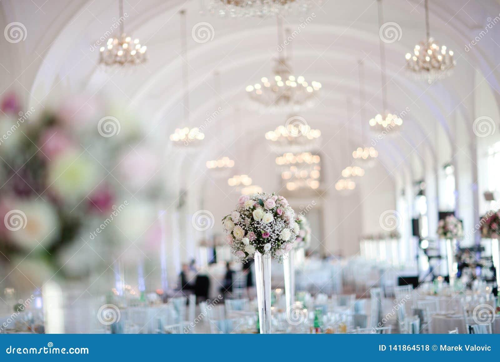 Grote die huwelijkszaal goed in pastelkleuren wordt verfraaid - kroonluchters bij vaulting