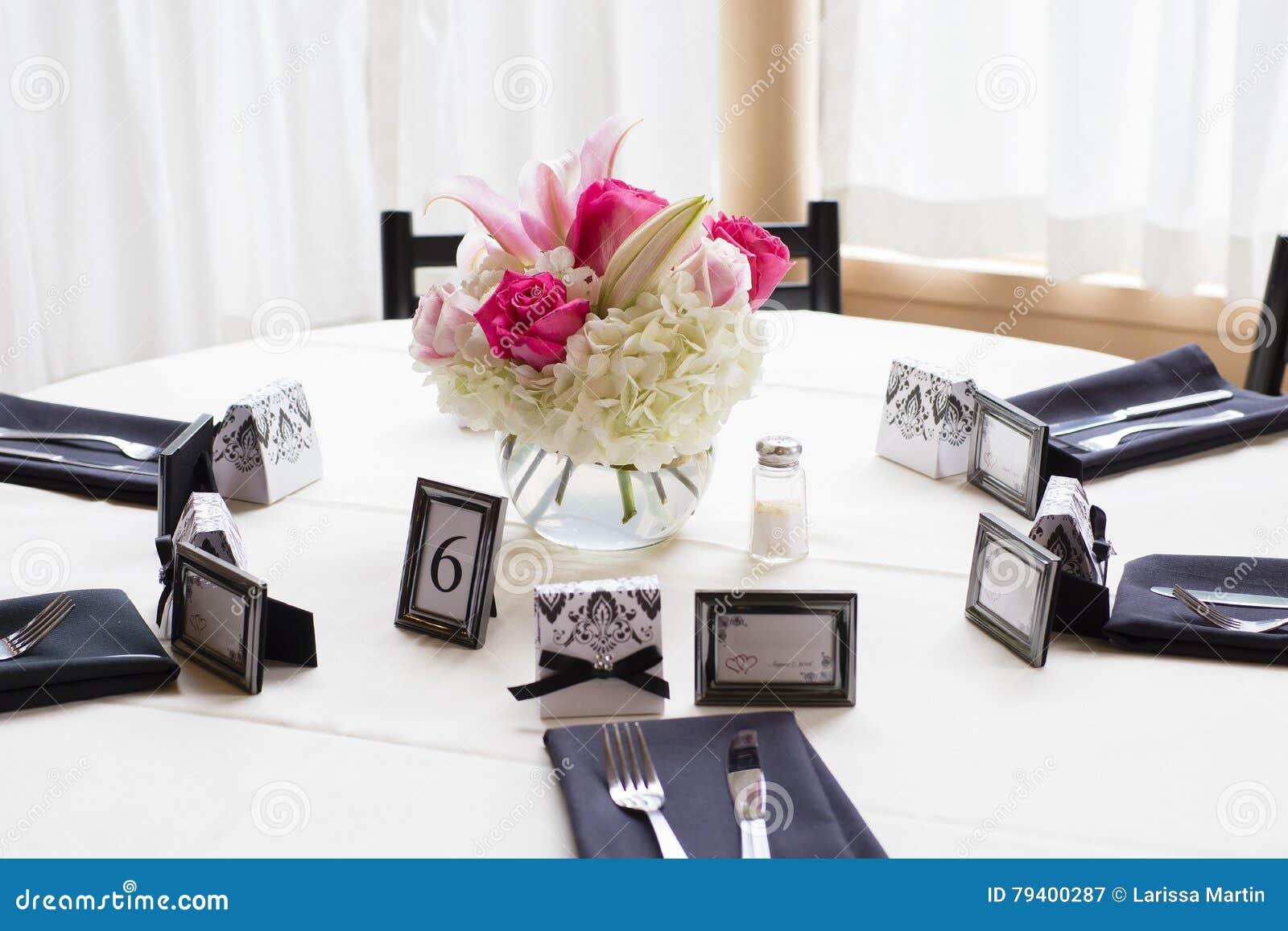 Grote die rondetafel voor huwelijksviering wordt verfraaid stock