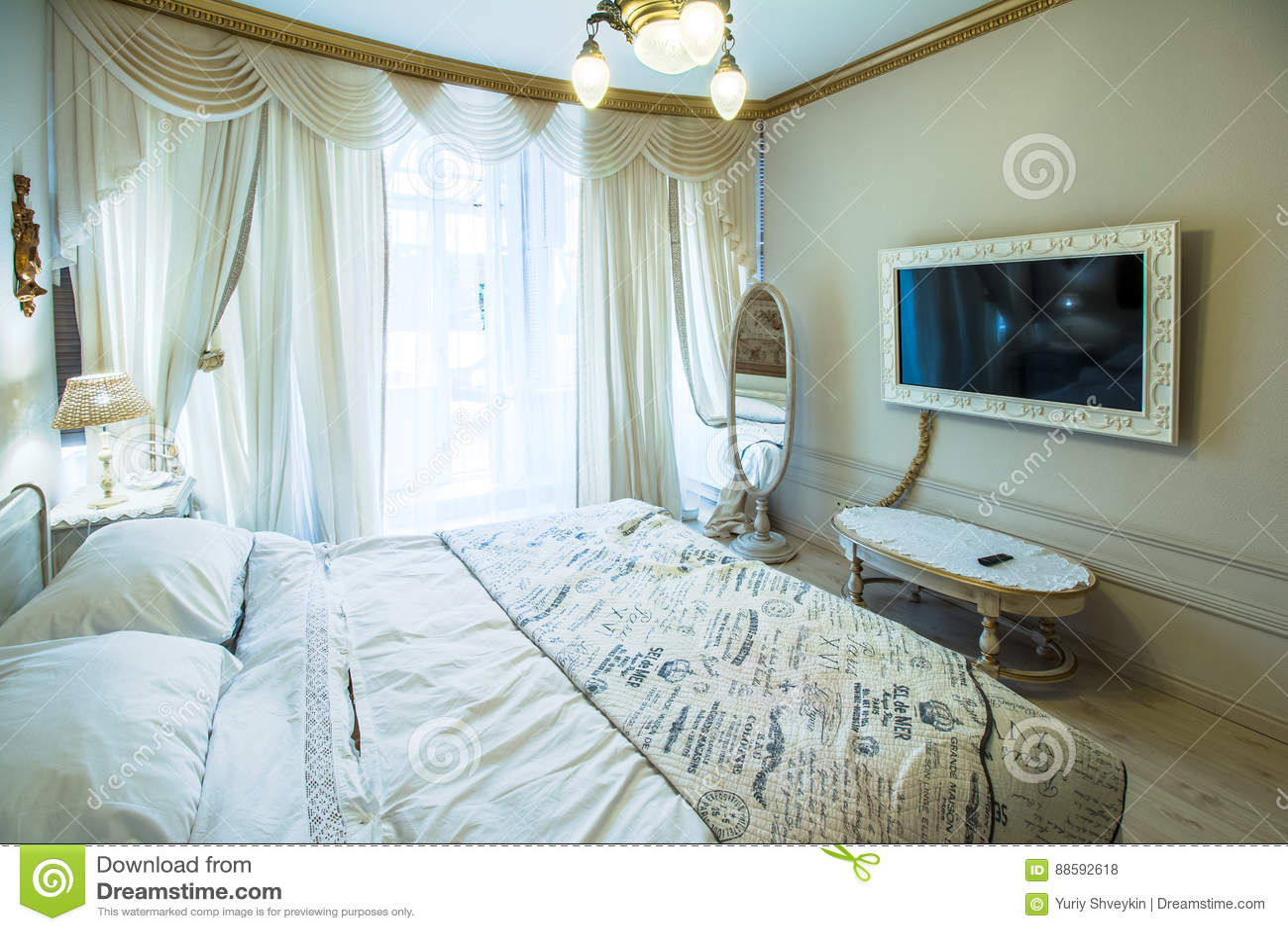 Grote en mooie slaapkamer stock foto. Afbeelding bestaande uit ...