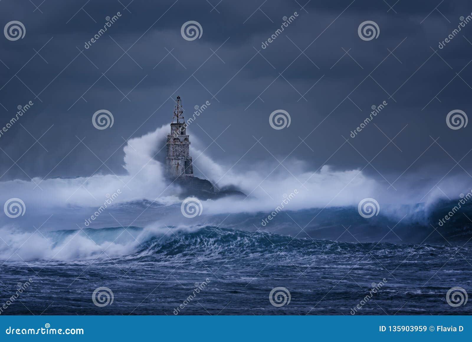 Grote golf tegen oude Vuurtoren in de haven van Ahtopol, de Zwarte Zee, Bulgarije op een humeurige stormachtige dag Gevaar, drama