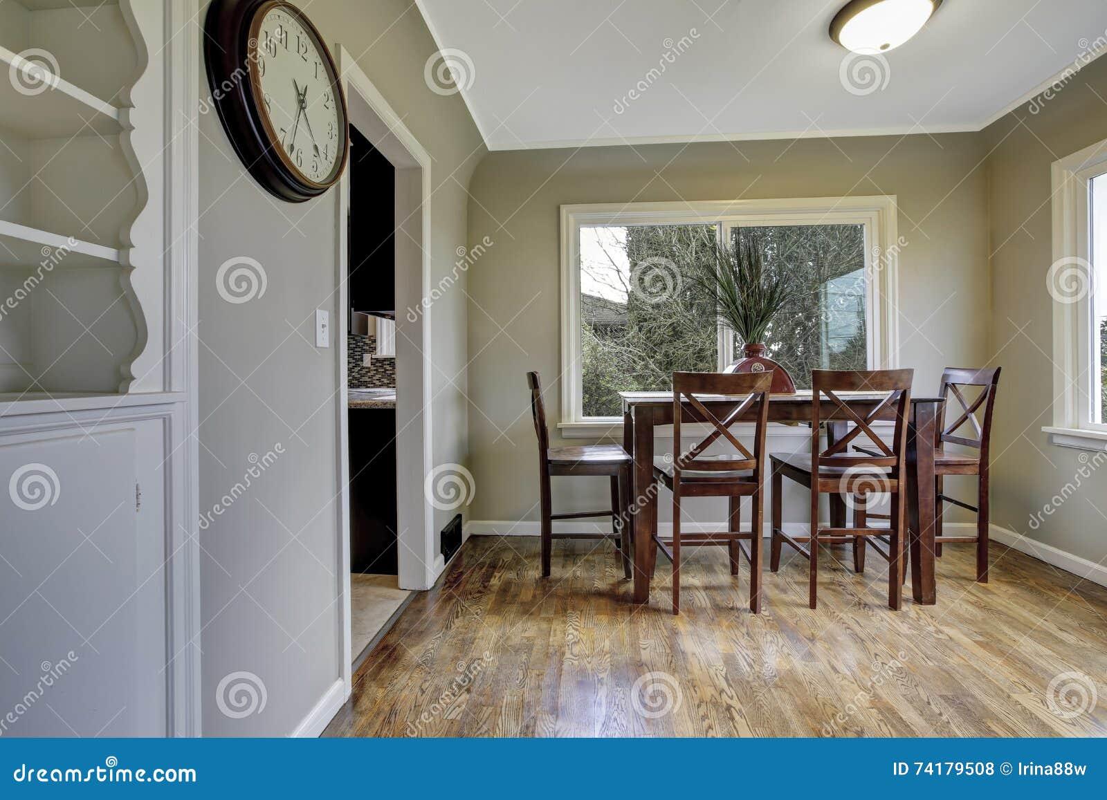 Grote groene eetkamer met houten stoelen stock foto afbeelding