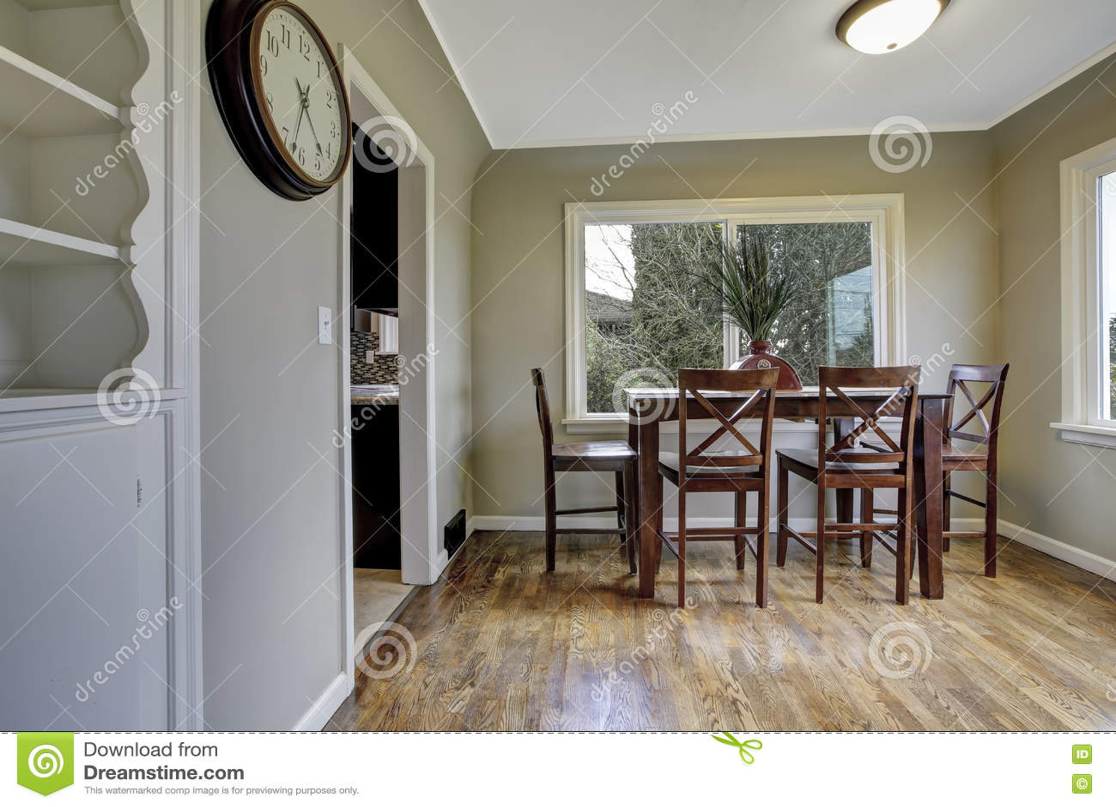 Grote groene eetkamer met houten stoelen stock foto