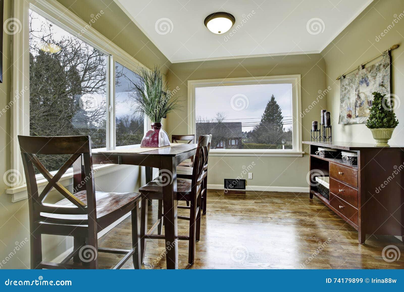 Grote groene eetkamer met houten stoelen stock afbeelding