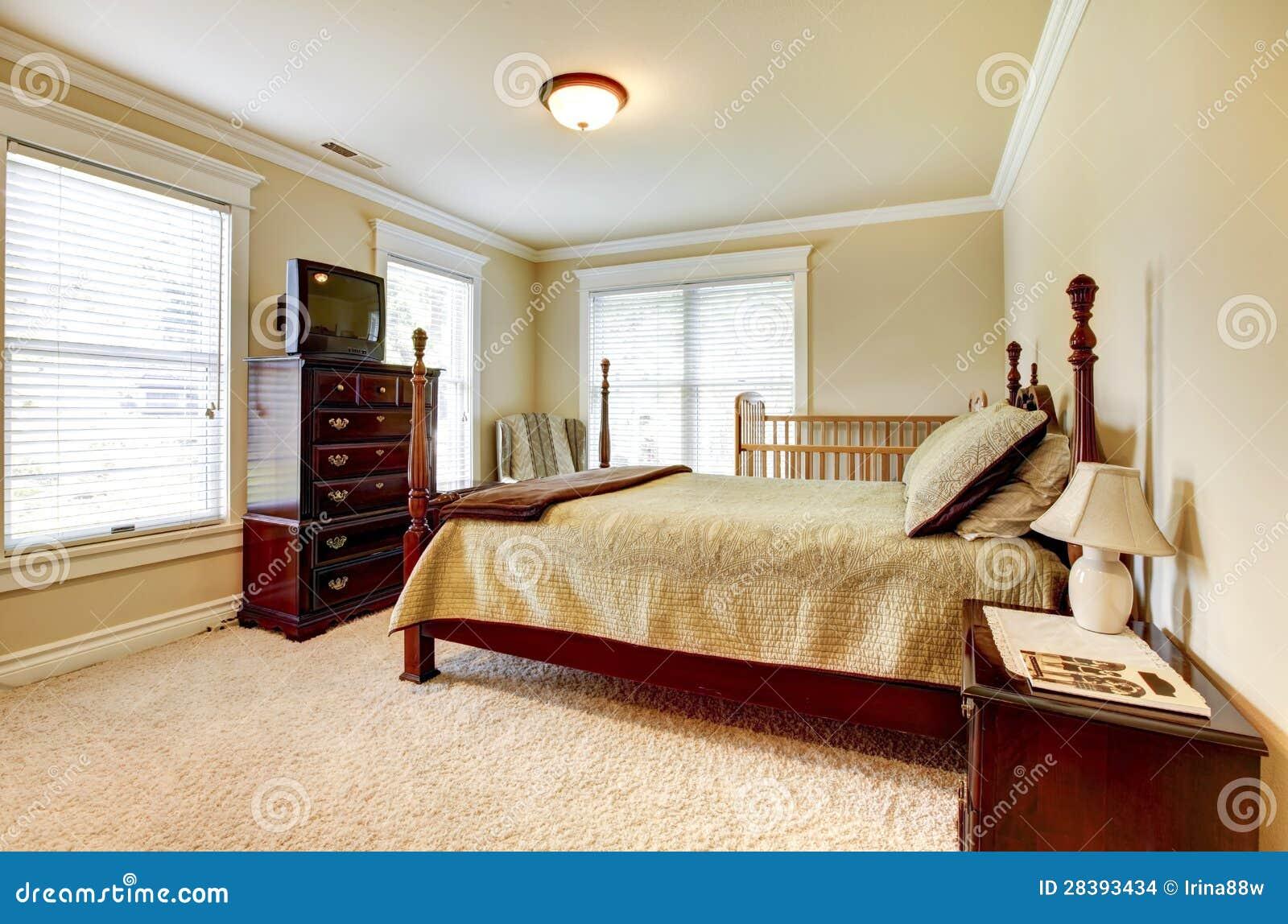 Grote heldere slaapkamer met houten meubilair en beige tonen stock afbeeldingen afbeelding - Houten bed ...