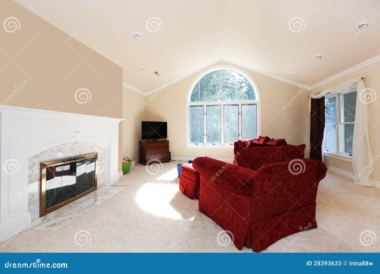 Grote heldere woonkamer met rode bank en witte open haard stock afbeelding afbeelding 28393633 - Witte meubels en rode ...