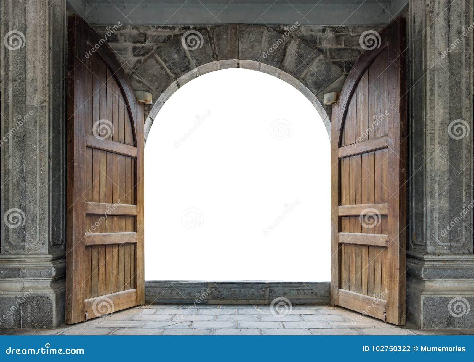 Grote houten deur open in kasteelmuur