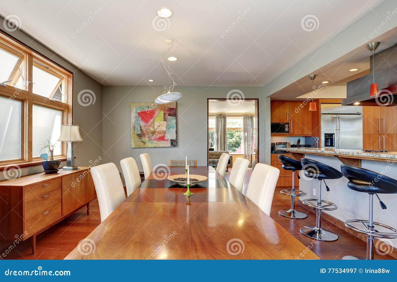 Houten Tafel Met Witte Stoelen.Grote Houten Eettafel Met Witte Stoelen In Comfortabel Huis Stock