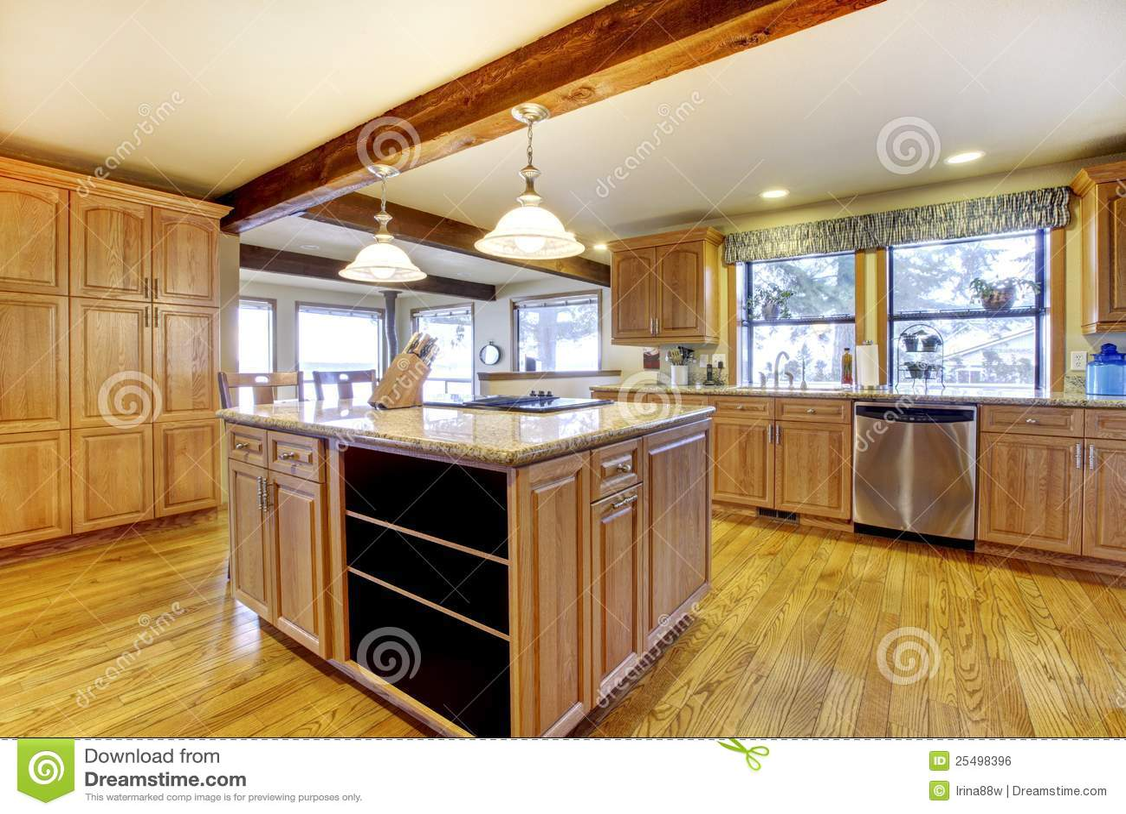 Grote houten keuken met eiland en houten straal. royalty vrije ...