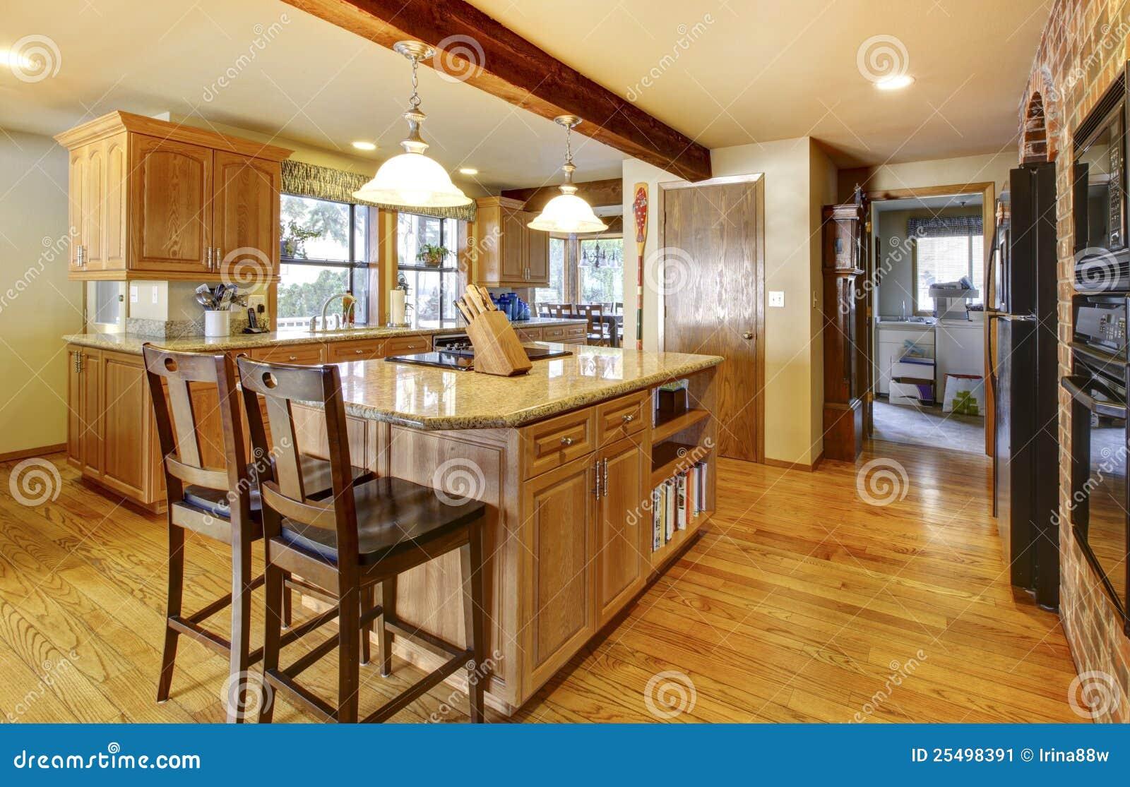 Grote houten keuken met hardhoutvloer.