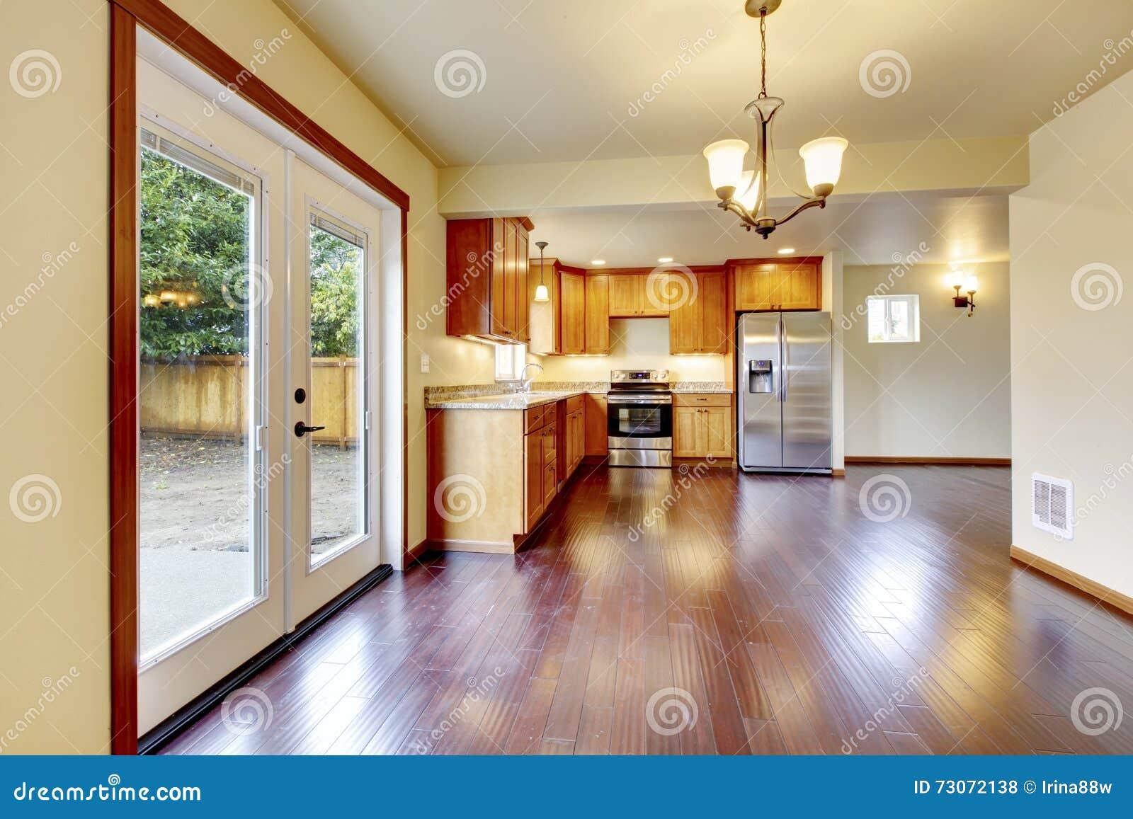 Grote houten keukenruimte met de vloer van het kersenhardhout