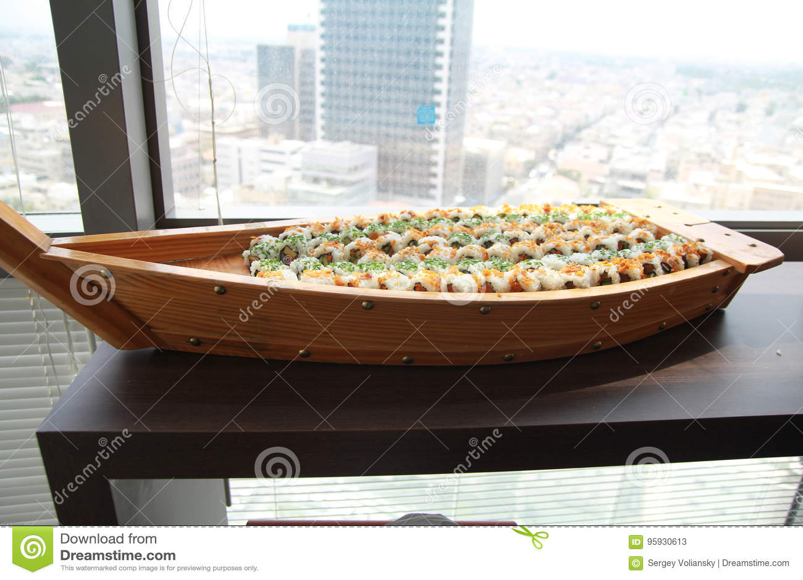 Grote Houten Plaat van Sushi Het voorbereiden van Grote Japanse Plaat van Sushi
