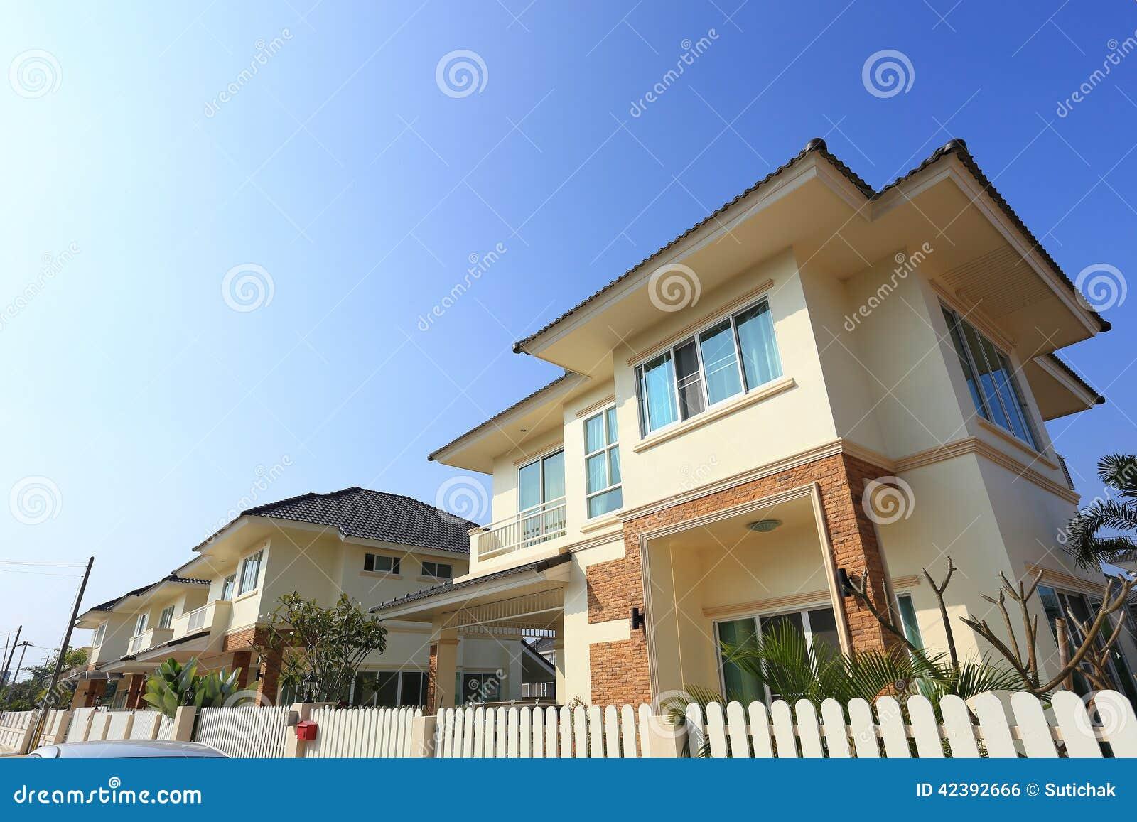 Grote huis moderne stijl stock foto. afbeelding bestaande uit privé