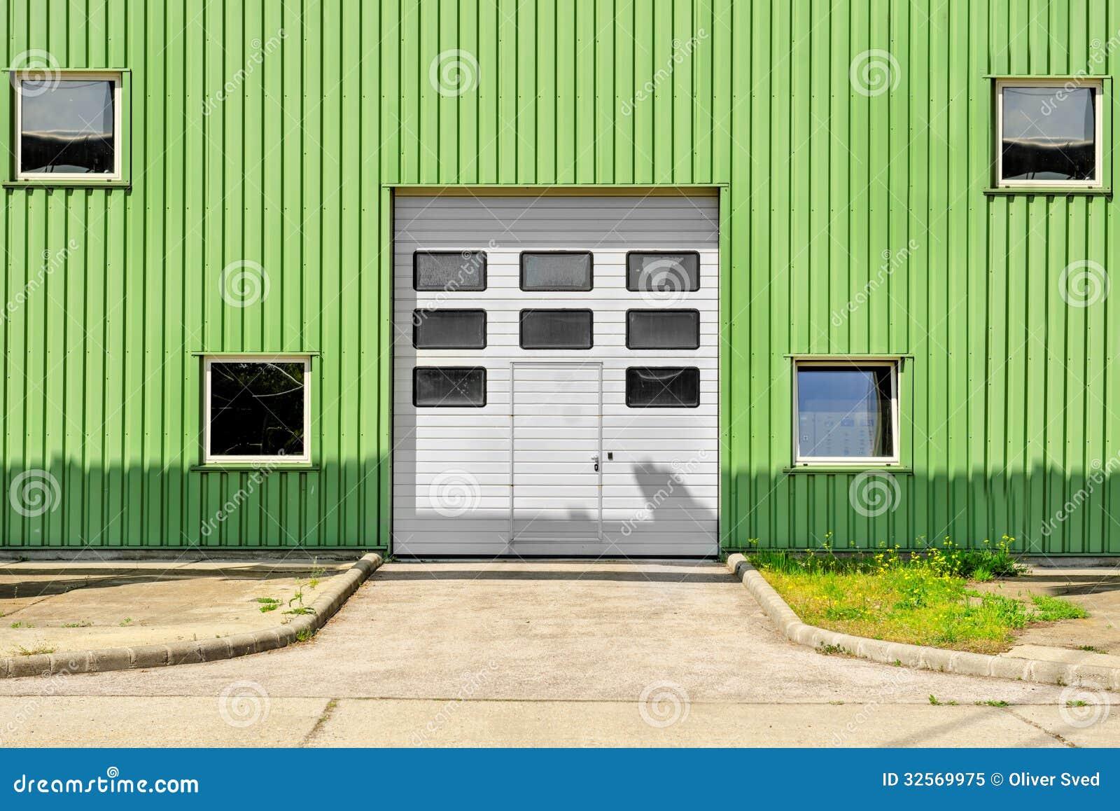Grote industriële deur op een pakhuis