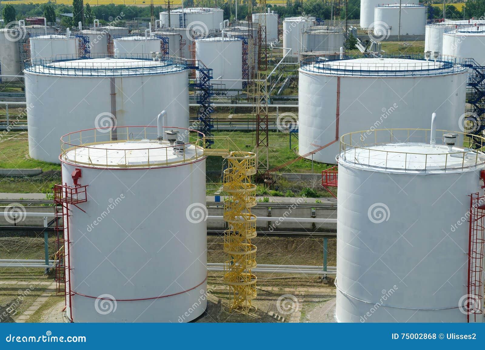 Grote industriële olietanks in een raffinaderijbasis