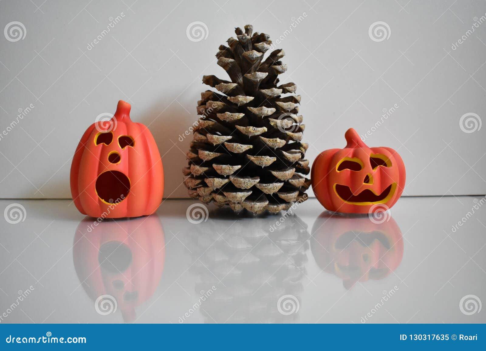Grote kegel met twee oranje pompoenen, Halloween-decoratie op witte achtergrond